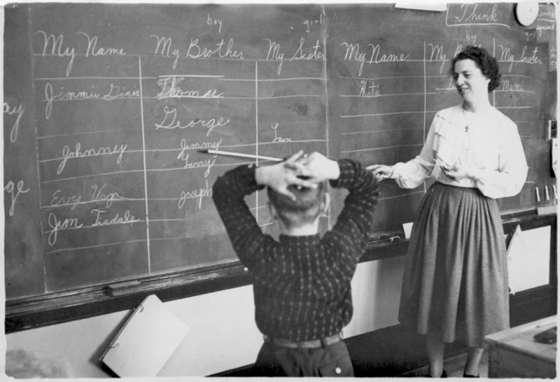 bw_teacher_pupil_blackboard