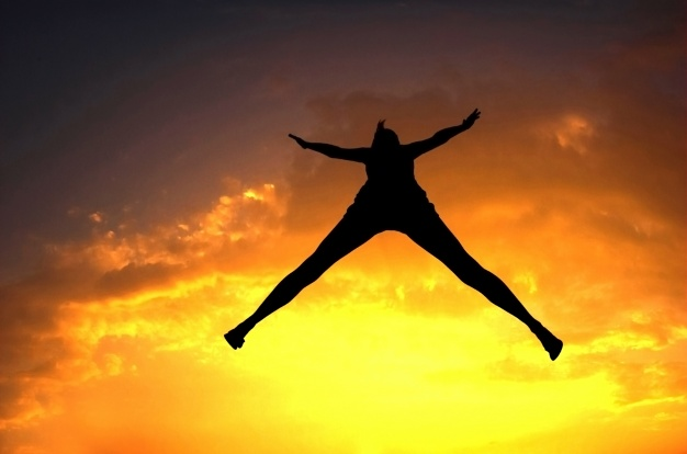 silueta-de-mujer-saltando-al-atardecer_1160-220